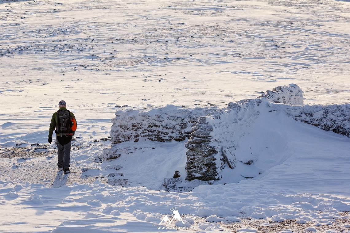 Zimowa wędrówka na Helvellyn na wschód słońca, Lake District, Anglia www.katiraf.com