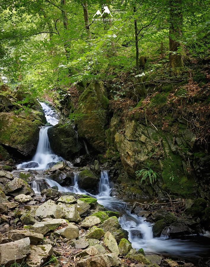 Wodospad Tom Ghyll Waterfall i jeziorko Tarn Hows